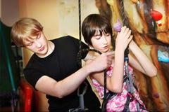 MOSCÚ, EL 17 DE MAYO DE 2014: La actividad de la escalada en niños aporrea como p Imágenes de archivo libres de regalías