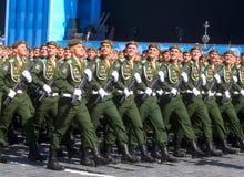 MOSCÚ, EL 7 DE MAYO DE 2015: Marcha rusa de los soldados a través de la Plaza Roja Imagenes de archivo