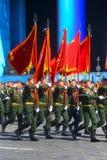 MOSCÚ, EL 7 DE MAYO DE 2015: Marcha rusa de los soldados a través de la Plaza Roja Imágenes de archivo libres de regalías