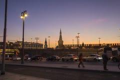 Moscú el Kremlin en la noche -- la visión desde el nuevo parque de Zaryadye, parque urbano localizó cerca de Plaza Roja en Moscú, Foto de archivo