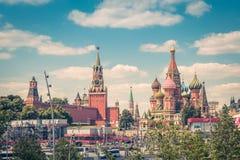 Moscú el Kremlin y catedral del ` s de la albahaca del St imágenes de archivo libres de regalías
