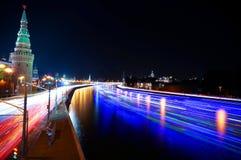 Moscú el Kremlin y naves en el río de Moskva time lapse imagen de archivo libre de regalías