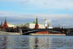 Moscú el Kremlin y un puente de piedra grande, Rusia Imagenes de archivo