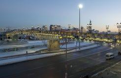 Moscú, el puente del patriarca cerca de la catedral del Jesucristo Saviou Fotos de archivo