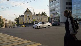 Moscú, el 3ro pereulok de Syromyatnicheskiy El tráfico al lado de la mansión de príncipe Dolgoruky y de la plaza del delta del ce