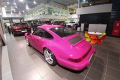 moscú En febrero de 2019 Vista lateral trasera de Porsche 930 Carrera cobrable clásico RS de Porsche 911 del rosa en el showroow  foto de archivo