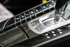 moscú En noviembre de 2018 El botón del cambio del coche de lujo del mismo tamaño Porsche Panamera Turbo El panel del carbono con fotografía de archivo libre de regalías