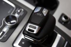 moscú En noviembre de 2018 La llave a Audi miente en el coche en la palanca del cambio de marcha r imagenes de archivo