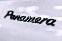 moscú En noviembre de 2018 Logotipo del emblema de Porsche Panamera en negro en el coche sucio blanco YO en foco foto de archivo