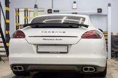 moscú En noviembre de 2018 Porsche blanco Panamera en la cabina del hundimiento del centro de servicio Deportes Porsche, clase ej foto de archivo libre de regalías