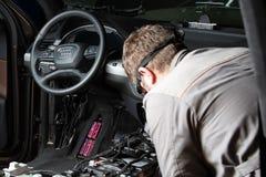 moscú En noviembre de 2018 Un mecánico repara Audi Reparación del cableado, cajas de cambios, cruce superior interior desmontada fotos de archivo