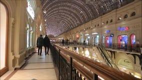 Moscú, Federación Rusa - 28 de enero de 2017: El interior de los grandes almacenes famosos del estado de la GOMA con muchas tiend almacen de video