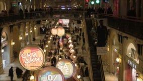 Moscú, Federación Rusa - 28 de enero de 2017: El interior de los grandes almacenes famosos del estado de la GOMA con muchas tiend almacen de metraje de vídeo