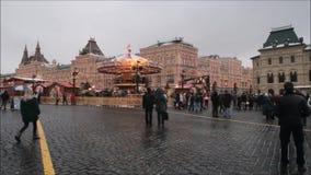 Moscú, Federación Rusa - 28 de enero de 2017: El Kremlin: La gente disfruta de vida en Plaza Roja en un día de invierno nublado c almacen de metraje de vídeo
