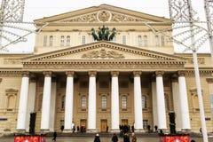 Moscú, Federación Rusa - 28 de enero de 2017 Teatro de Bolshoi con las luces de la Navidad cubiertas cerca Fotos de archivo libres de regalías
