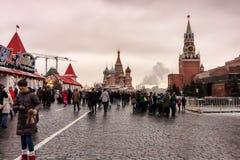 Moscú, Federación Rusa - 21 de enero de 2017: Visión desde la Plaza Roja, a la derecha la torre del mausoleo y de Spasskaya de Le Foto de archivo libre de regalías
