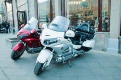 Moscú, federación rusa 11 de mayo de 2018: dos motocicletas parquearon cerca de una tienda en el centro de ciudad fotografía de archivo libre de regalías