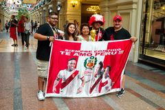 MOSCÚ - JUNIO DE 2018: Fans del Peruvians del mundial que presenta para la foto en GOMA Foto de archivo libre de regalías