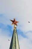 Moscú Kremlin Estrella de rubíes roja Pájaros que vuelan alrededor imágenes de archivo libres de regalías