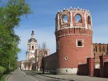Moscú. La torre y la iglesia de la puerta Foto de archivo