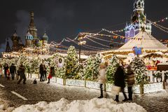 Moscú maravillosamente adornada por el Año Nuevo y la Navidad fotografía de archivo