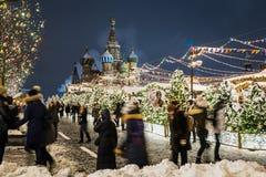 Moscú maravillosamente adornada por el Año Nuevo y la Navidad imagenes de archivo