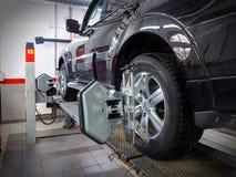 MOSCÚ, MARCHA, 02, 2017: Reparación de los trabajos de mantenimiento de la alineación de rueda del automóvil del coche en el tall Fotografía de archivo libre de regalías