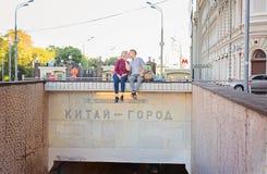 Moscú metro ciudad de China del 14 de agosto de 2015 Beso del hombre y de la mujer Fotografía de archivo libre de regalías