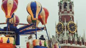 moscú Navidad Atracciones entretenidas en el Kremlin Los globos atrae a la gente en las cabinas Año Nuevo metrajes