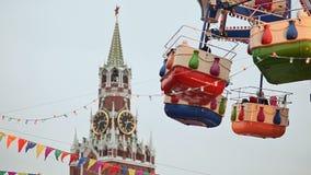 moscú Navidad Atracciones entretenidas en el Kremlin Los globos atrae a la gente en las cabinas Año Nuevo almacen de video