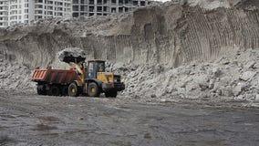 moscú noticias hoy Exportación de la primavera de la limpieza de la nieve Una montaña enorme de la nieve, el cargador carga nieve