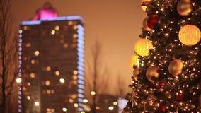 moscú Nuevo Arbat Árbol de navidad festivo en el fondo de un edificio en la iluminación de la Navidad Luces de la noche metrajes