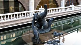 MOSCÚ, oso de la fuente y Foxs Imagenes de archivo