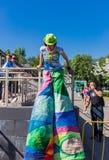 Moscú, parque de Izmailovsky, puede 27, 2018 Un animador de la mujer joven en los zancos foto de archivo libre de regalías