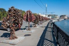 MOSCÚ, RUSIA - 21 09 2015 Árboles con las cerraduras de Imagen de archivo