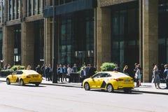 Moscú, Rusia — 27 de mayo de 2019: Coche del taxi de Yandex cerca en el centro de Moscú en la calle central foto de archivo