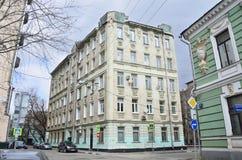Moscú, Rusia, abril, 19,2015 Escena rusa: Nadie, 19/28 edificio de apartamentos en la intersección de los carriles de Podsosensky Fotografía de archivo libre de regalías