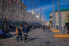 MOSCÚ, RUSIA ABRIL, 24, 2018: Gente en luces de una Navidad festivas en la calle de Nikolskaya con muchos tienda de souvenirs ade Fotografía de archivo