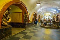 MOSCÚ, RUSIA ABRIL, 29, 2018: Gente no identificada que va abajo y que camina cerca de la escultura de bronce adentro Foto de archivo