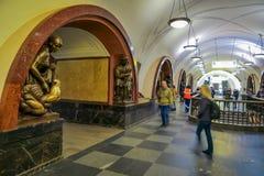 MOSCÚ, RUSIA ABRIL, 29, 2018: Gente no identificada que va abajo y que camina cerca de la escultura de bronce adentro Imagen de archivo