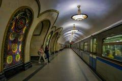 MOSCÚ, RUSIA ABRIL, 29, 2018: La gente delante del tren en la estación de metro de Novoslobodskaya, la estación está en Imagenes de archivo