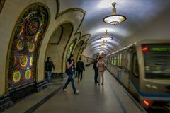 MOSCÚ, RUSIA ABRIL, 29, 2018: La gente delante del tren en la estación de metro de Novoslobodskaya, la estación está en Fotos de archivo libres de regalías