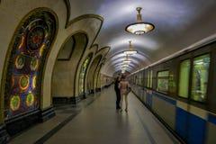 MOSCÚ, RUSIA ABRIL, 29, 2018: La gente delante del tren en la estación de metro de Novoslobodskaya, la estación está en Imágenes de archivo libres de regalías