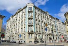 Moscú, Rusia, abril, 15, 2017 , Nadie, 19/28 edificio de apartamentos en la intersección de los carriles de Podsosensky y de Lali Imagen de archivo libre de regalías