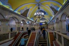 MOSCÚ, RUSIA ABRIL, 29, 2018: Opinión interior la gente que camina arriba y abajo en la estación de metro Komsomolskaya en Fotos de archivo libres de regalías