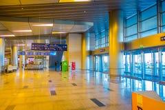 MOSCÚ, RUSIA ABRIL, 24, 2018: Opinión interior los pasajeros que caminan y que esperan la salida en esperar enorme Fotografía de archivo libre de regalías