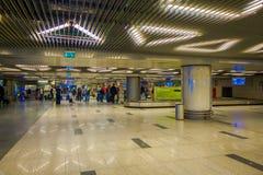 MOSCÚ, RUSIA ABRIL, 24, 2018: Opinión interior los pasajeros que caminan y que esperan la salida en esperar enorme Foto de archivo libre de regalías