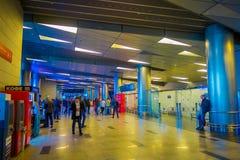 MOSCÚ, RUSIA ABRIL, 24, 2018: Opinión interior los pasajeros que caminan y que esperan la salida en esperar enorme Fotos de archivo libres de regalías