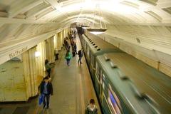 MOSCÚ, RUSIA ABRIL, 24, 2018: Sobre compita de la gente borrosa no identificada que camina en la estación de tren subterráneo, co Foto de archivo