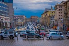 MOSCÚ, RUSIA ABRIL, 29, 2018: Vista al aire libre de la circulación densa del cuadrado de Lubyanka con centenares de coches, en u imagen de archivo libre de regalías